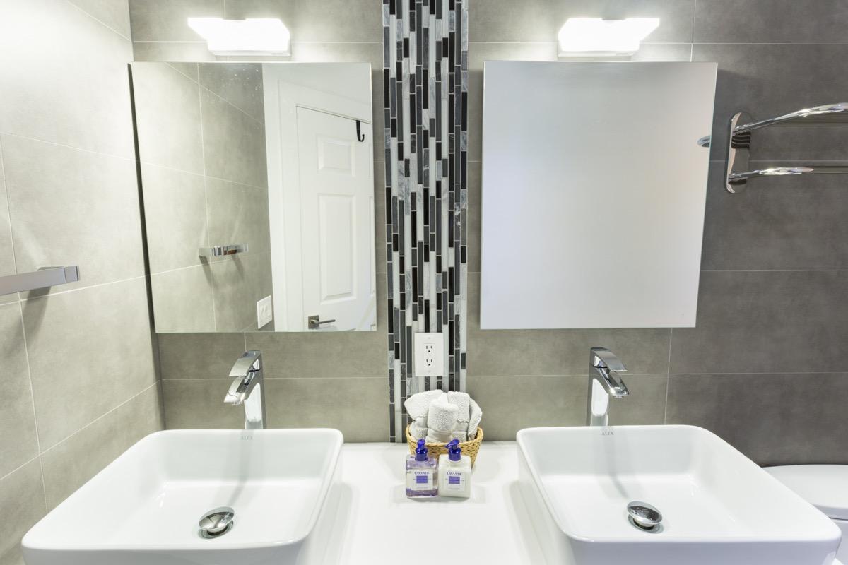 40 Modern Minimalist Style Bathrooms: Modern Minimalist Cabana Bathroom